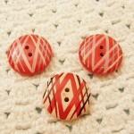赤いボタンとぶどうのビーズ