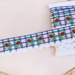 白のスカラップリボン 赤いつぼみの刺繍 青のチェック
