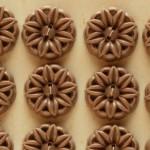 お花モチーフの透かしボタン モカ イギリスアンティーク
