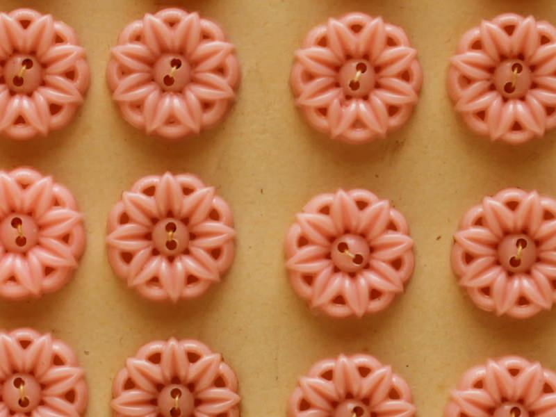 アンティークのモチーフボタン お花の透かし ピンク