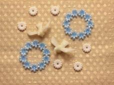 ブルーのお花のリングパーツとハトのパーツ