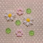 マーガレットのカボションとクリアグリーン花パーツ、ピンクのポン・デ・リングパーツ