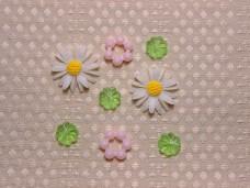 マーガレットのカボションとクリアグリーンのお花パーツ