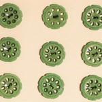エメラルドグリーンの透かしボタン アンティークフランス